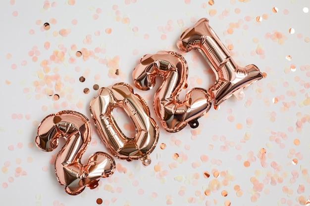 Anno nuovo e natale ventuno celebrazione concetto. palloncini stagnola sotto forma di numeri ventuno