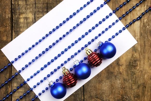 Composizione del nuovo anno decorazioni per l'albero di natale sul tavolo e foglio con note musicali