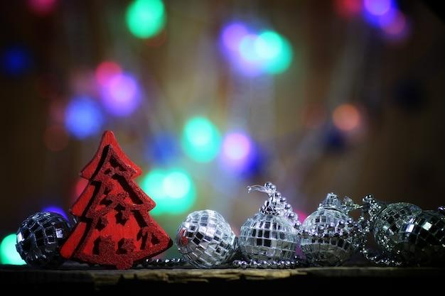 Composizione del nuovo anno decorazioni per l'albero di natale sul tavolo