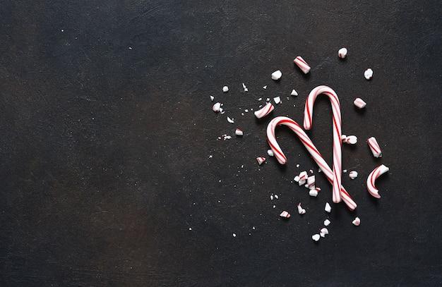 Decorazione di capodanno cartolina di natale con bastoncino di zucchero e arance.