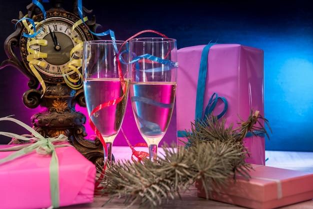 Decorazioni di capodanno con due bicchieri di champagne. cartolina di capodanno