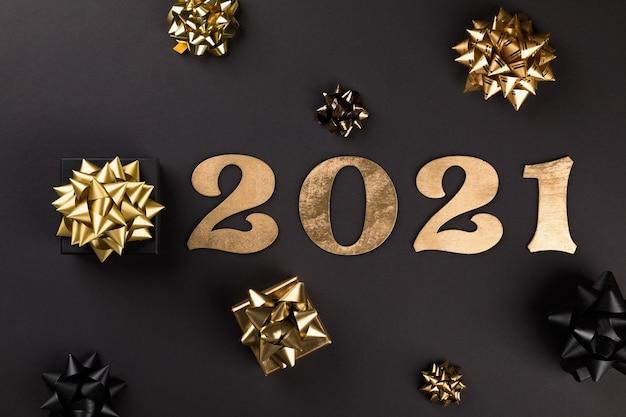 Piatto del nuovo anno con numeri d'oro 2021, regali e fiocchi d'oro