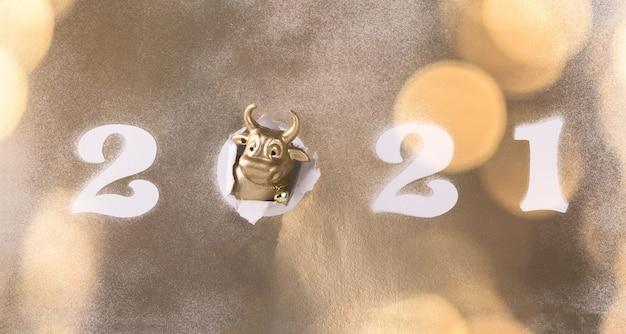 Piatto del nuovo anno con toro di metallo attraverso carta lucida e numeri bianchi 2021