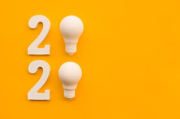Piatto di nuovo anno con testo nuber e lampadina a colori