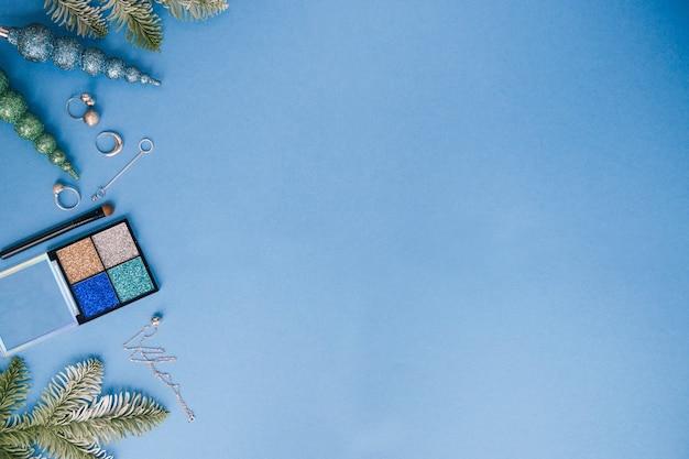 Anno nuovo piatto con laici ombretti e gioielli in argento, sfondo blu, copia dello spazio