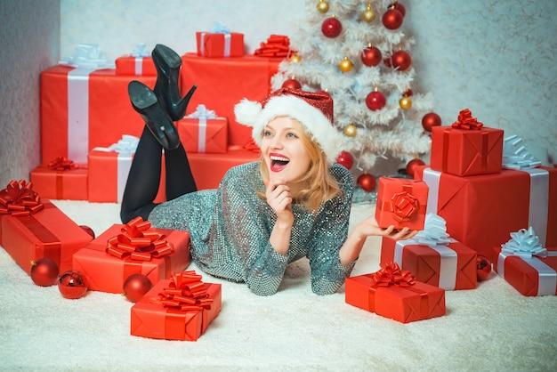 Regalo di capodanno felice anno nuovo divertente natale ragazza emozioni umane positive espressioni facciali christm...