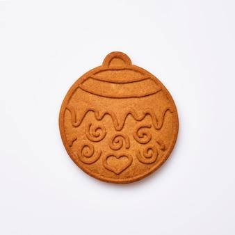 Biscotti a forma di palla dell'albero di natale o del pan di zenzero del nuovo anno isolati su fondo bianco. immagine quadrata. vista dall'alto.