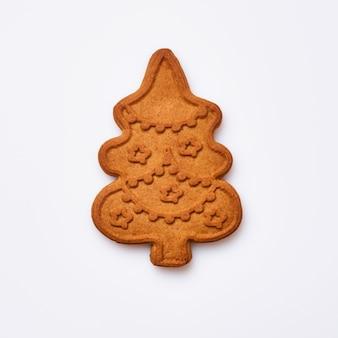 Pan di zenzero di capodanno o biscotti a forma di albero di natale isolati su priorità bassa bianca. immagine quadrata. vista dall'alto.