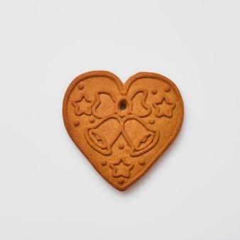 Pan di zenzero di capodanno o biscotti a forma di cuore isolati su priorità bassa bianca. immagine quadrata. vista dall'alto.