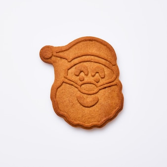 Pan di zenzero di capodanno o biscotti a forma di babbo natale isolati su sfondo bianco. immagine quadrata. vista dall'alto.