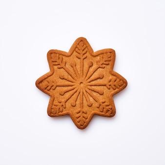 Pan di zenzero di capodanno o biscotti a forma di fiocco di neve isolati su priorità bassa bianca. immagine quadrata. vista dall'alto.