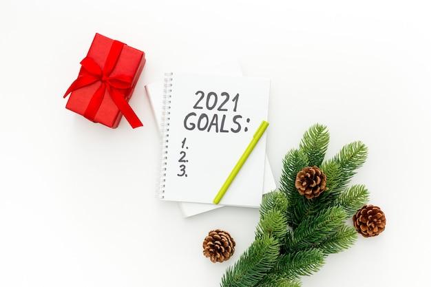 Obiettivi del nuovo anno e piano con decorazioni natalizie isolate