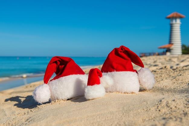 Vacanze di capodanno e vacanze di natale al mare. viaggio di famiglia con i bambini in riva al mare.