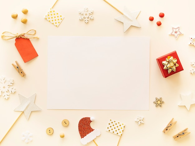 Modello di vista superiore della lettera del nuovo anno con lo spazio della copia e le decorazioni di natale su fondo bianco