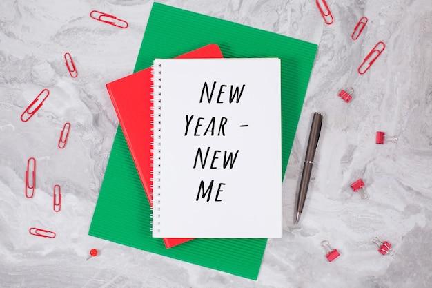 Anno nuovo - nuovo me e taccuino su un su un tavolo. concetto di ispirazione, motivazione del nuovo anno, lay flat