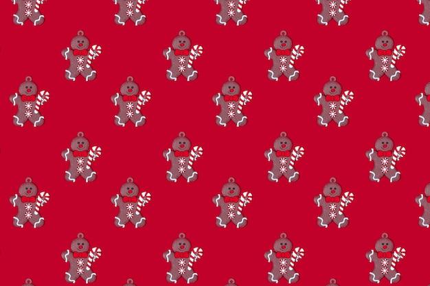 Uomo di pan di zenzero patern del nuovo anno su uno sfondo rosso concetto del nuovo anno