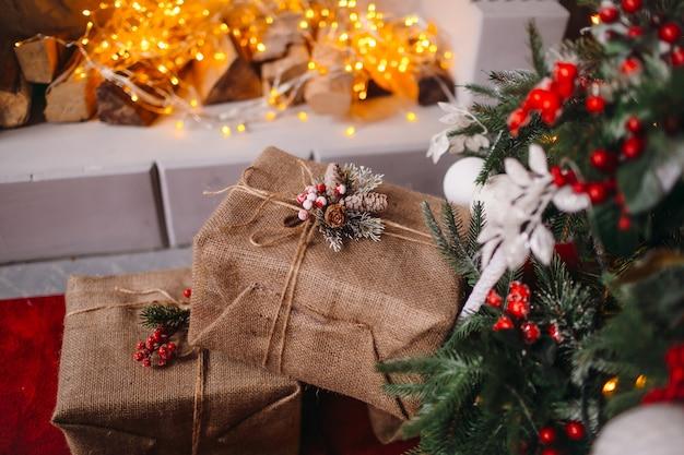 Scatole regalo di capodanno sotto l'albero di natale