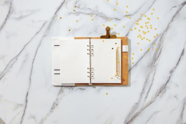 Elenco degli obiettivi di risoluzione del nuovo anno - scrivania da ufficio con il taccuino sull'elenco del nuovo piano