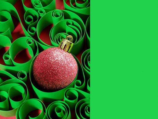 Sfondo del nuovo anno, decorazioni natalizie. palla di natale sullo sfondo di un modello di carta.