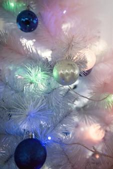 Sfondo di capodanno - albero di natale decorato con ghirlande, primo piano.