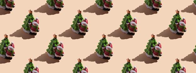 Primo piano della carta di capodanno: un pupazzo di neve con un albero di natale su uno sfondo beige con un'ombra dura. vista dall'alto, modello senza cuciture, banner