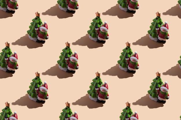 Primo piano della carta di capodanno: un pupazzo di neve con un albero di natale su uno sfondo beige con un'ombra dura. vista dall'alto, modello senza cuciture