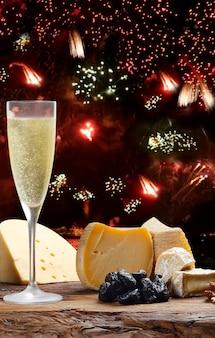 Festa di capodanno con fuochi d'artificio champagne e formaggi speciali