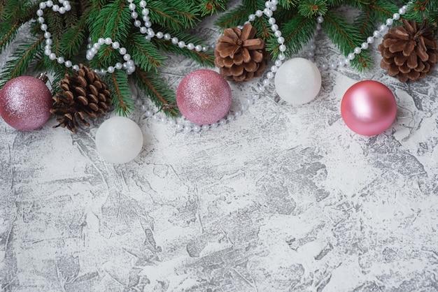 Composizione di capodanno o natale di rami verdi di abete decorati con perline, pigne e giocattoli luccicanti di capodanno