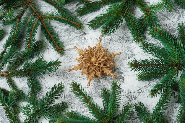 Composizione di capodanno o natale di rami verdi di abete e capodanno, giocattoli e stelle dorati lucidi