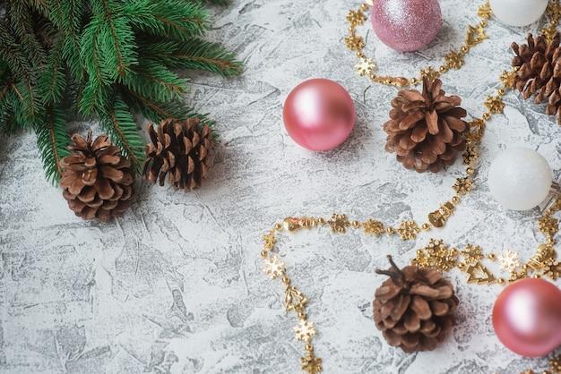 Composizione di capodanno o natale di rami verdi di abete e capodanno, giocattoli bianchi lucidi e lecca-lecca di natale