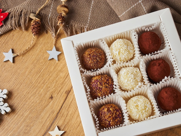 Vigilia di natale di capodanno ancora palle caramelle vita fatte a mano su uno sfondo di legno