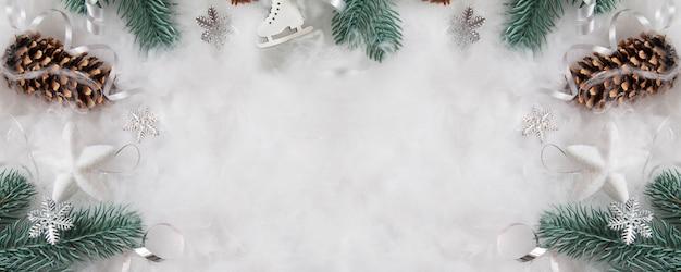Layout di natale e capodanno di rami di pino e decorazioni sulla neve con uno spazio di copia.