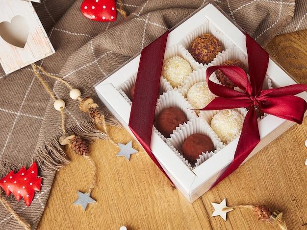 Caramella soufflé fatta a mano quadrata di still life di natale di capodanno al cioccolato su un fondo di legno