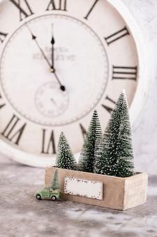 Orologio di capodanno. decorato con sfondo di decorazioni per l'albero di natale. concetto di celebrazione per la vigilia di capodanno.