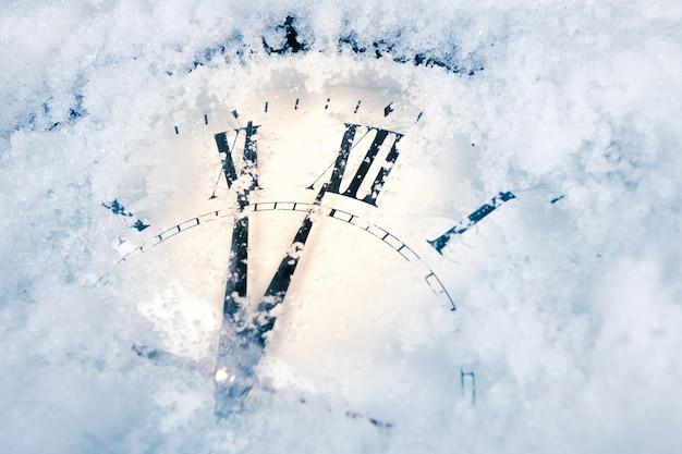 Orologio di capodanno nella neve