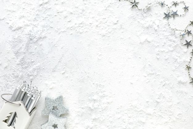 Composizione del nuovo anno. decorazioni natalizie bianche e argento su sfondo bianco vista piana, vista dall'alto, copia dello spazio