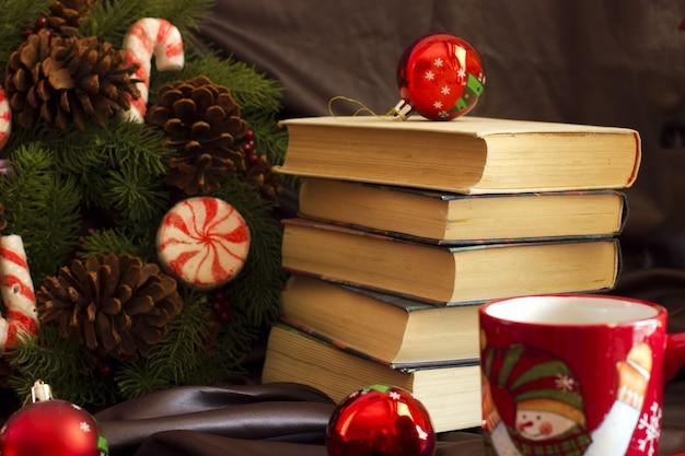 Composizione di capodanno da tazze, libri, scrigni, palla di natale