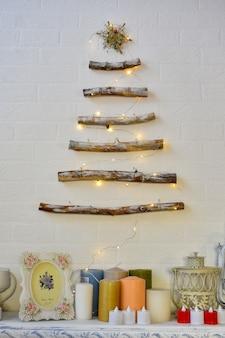 Arredamento di capodanno. albero di natale fatto di rami di legno.