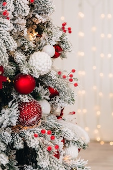 Decorazioni di capodanno e un albero di natale decorato con i regali di capodanno