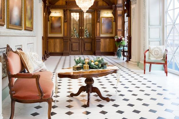 Decorazione di capodanno di uno splendido soggiorno in uno stile classico di lusso