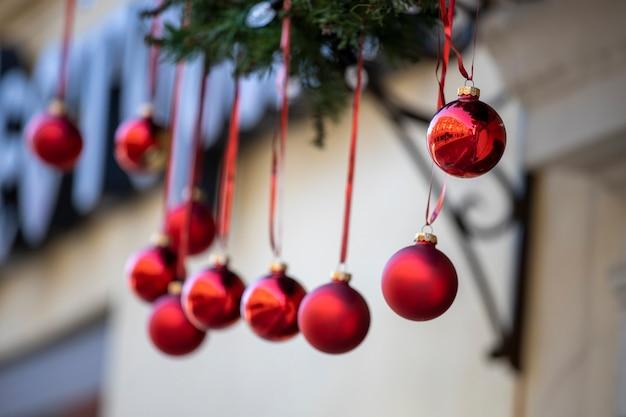Decorazione di capodanno sulla strada della città. palle di natale rosse su nastri. foto di alta qualità