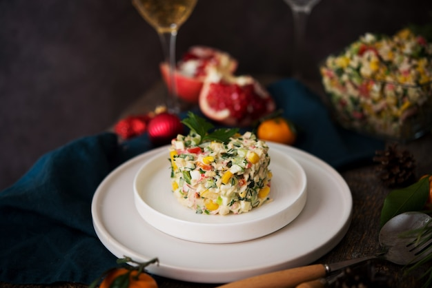 Insalata di festa di capodanno con maionese, tavola di capodanno, champagne, spazio per le copie