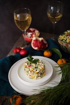 Insalata di capodanno con maionese, tavola di capodanno, champagne