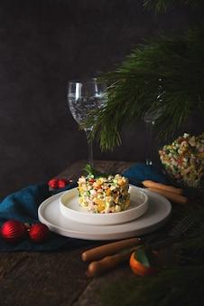 Insalata di festa di capodanno con maionese, tavola di capodanno, spazio copia