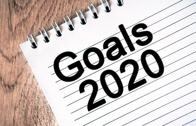 Elenco degli obiettivi di capodanno per il 2020. testo sul blocco note