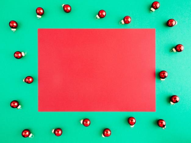 Modello di capodanno, layout, lay flat, copia spazio su uno sfondo rosso.