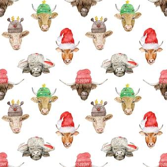 Modello senza cuciture di capodanno con teste di toro carino in cappelli di babbo natale e lavorati a maglia