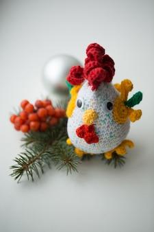 Simbolo del nuovo anno - gallo fatto a mano con rami di abete e mirtillo rosso
