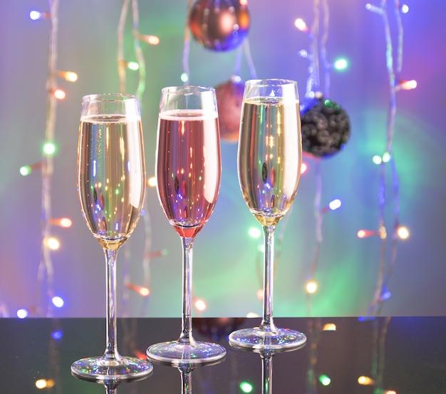 Anno nuovo brindisi concetto di champagne con decorazioni festive