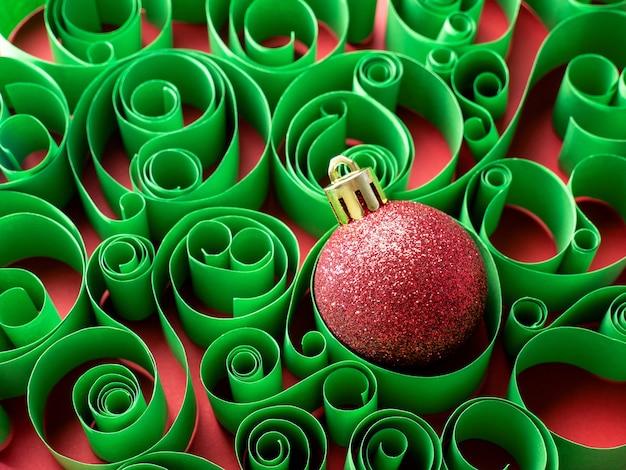 Sfondo del nuovo anno decorazioni natalizie palla di natale sullo sfondo di un motivo di carta
